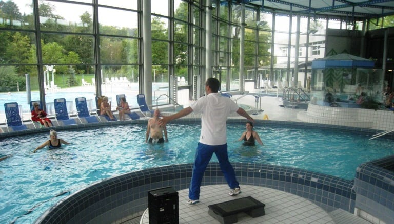 Wassergymnastik in der Gruppe unsere Gesundheitskurse