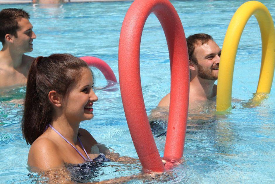 Wassergymnastik in der Therme mit Poolnudeln